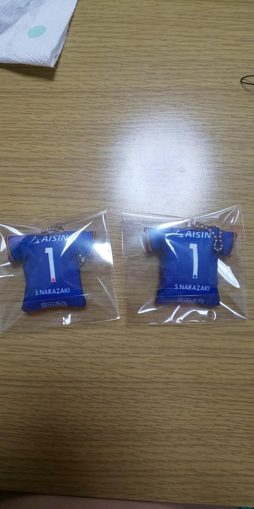 名古屋グランパスの楢崎正剛さんの選手時代の物なのですが、このクッションキーホルダーの背番号部分のロゴの色が違うのは何故ですかね?