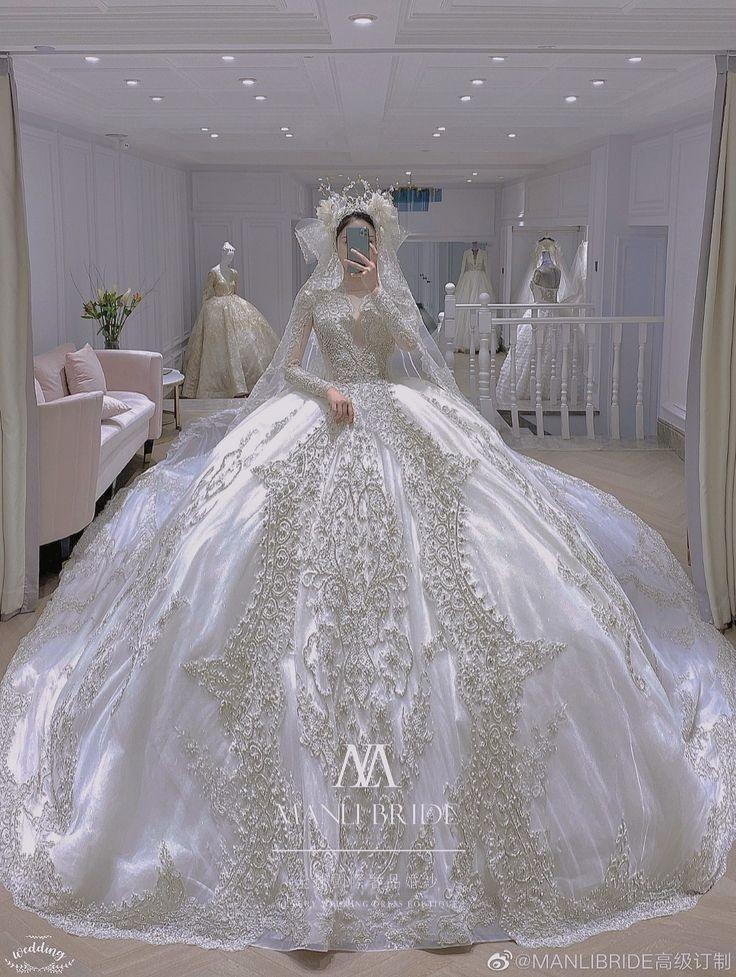 最近、中国ではこのようなウェディングドレスが流行のようですけど、足の長さのバランスがおかしくありませんか? 歩けるのですかね?