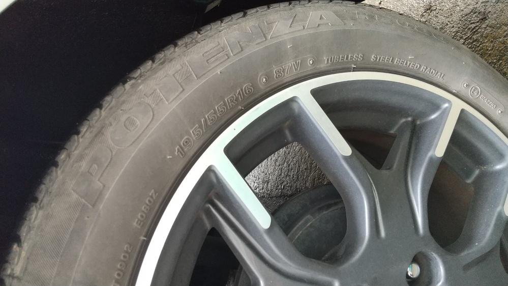 日産ノートニスモ E12に乗ってる方。 3年前に中古で購入しました。 今回タイヤにヒビが入ってきたのでタイヤ交換を勧められ見積りを出してもらいました。 今履いてるタイヤがポテンザ 195/55r16 で、見積り12万円でした。 次に安い見積りでプレイズで10万円でした。 お店の人はタイヤは同じの履いた方がいいと言っています。 乗り心地が全然違うとか…。 そんなにいいタイヤ履いてるのは知らずに、値段にビックリです。 皆さんも高いタイヤですか? ちなみにどのメーカーの何か教えてください。 宜しくお願いします。