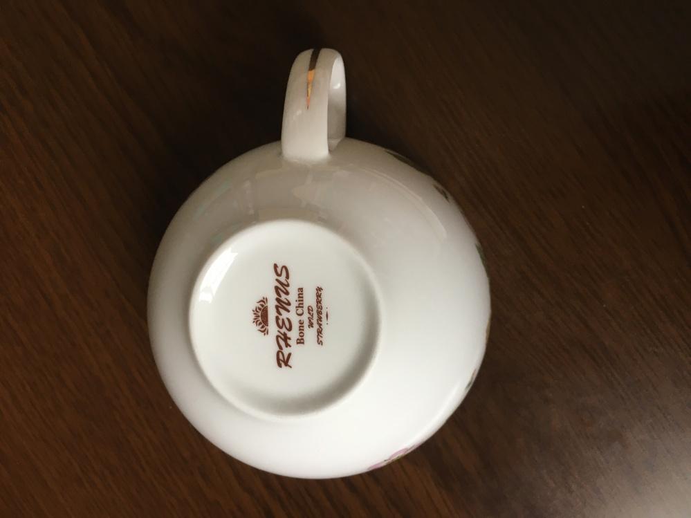 メルカリでウエッジウッドワイルドストロベリーのティーポットとカップのセットを購入しました。 バックスタンプにRHENUSと入っていて、ウエッジウッドの文字は全く入っていないのですが偽物なのでしょうか?