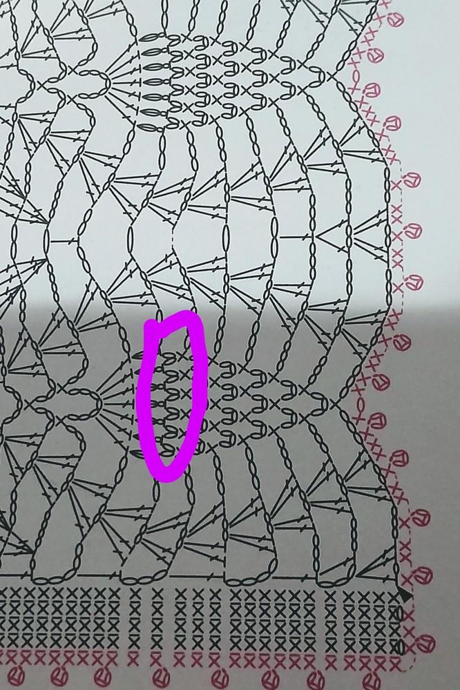 かぎ編み初心者のものです かぎ編みの記号でわからないのがあります(;´Д`) この画像の鎖2つとコマがくっついてるみたいなのの編み方がわかりません(^_^;) 手詰まりしております。 わかる方いらっしゃいましたらご教授ください_(._.)_