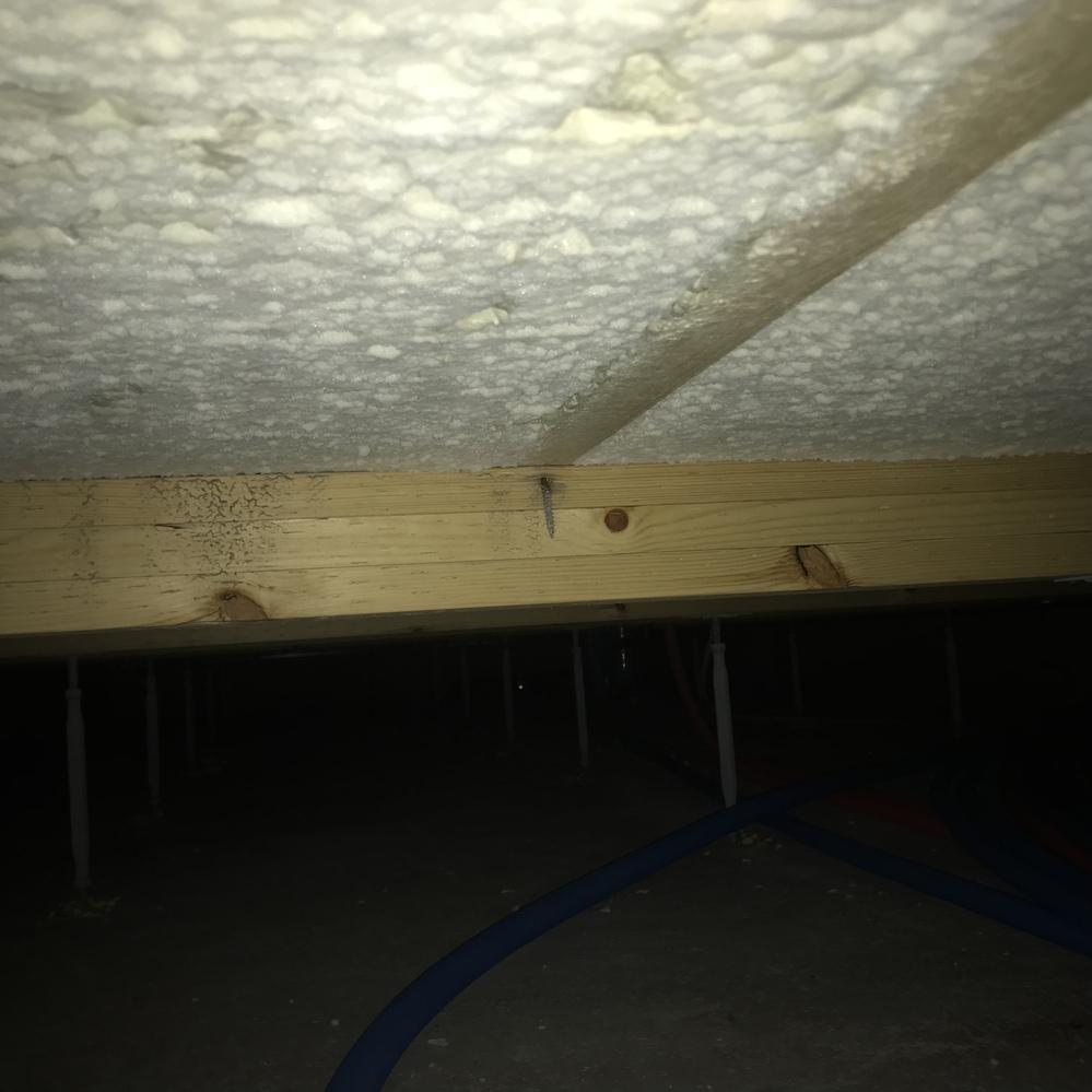 築1年です。 床下を本日みたら根太?というのでしょうか、釘が斜め打ちになっていて木材の横から釘がとびでていました。 欠陥住宅でしょうか。 ハウスメーカーに言ったら、真下から上に向かって釘を打ちま...
