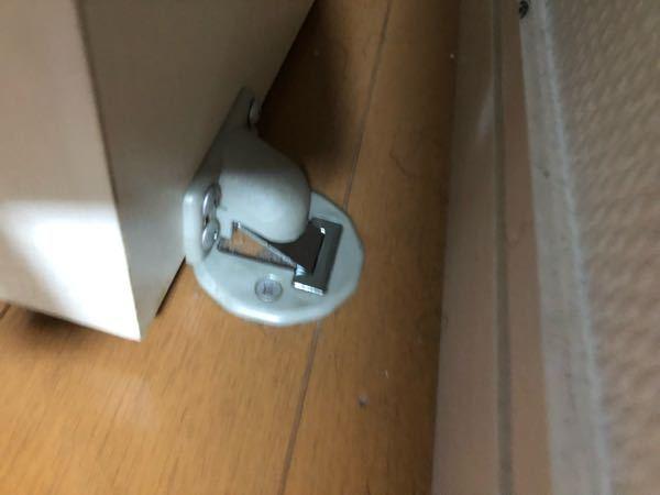 これはドアのストッパーの部分の写真なのですが、どうやったら固定が外れますか?