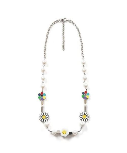 今流行っているSALUTEのようなネックレスを手作りしたいのですが、ニコちゃんや花のパーツはどこに売ってるのでしょうか?