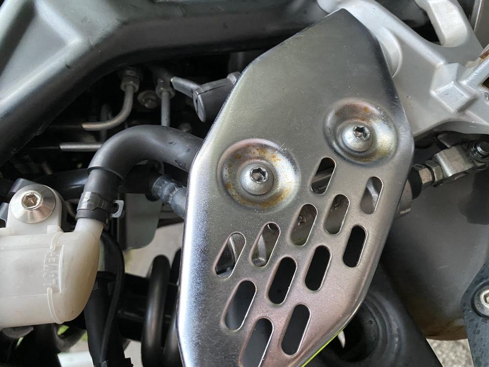 YAMAHA YZF R25のバックステップを取り付けるべく、ブレーキペダルを外そうと思ったのですが、 ここの2つのボルトがうんともすんとも言わずどうやっても外れません。 火で炙ったり556吹い...