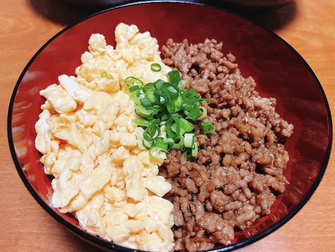 炒り卵とひき肉の二色丼。 でもどうせならほんれんそうや高菜とかの三色丼のほうが好き? これはこれであり?