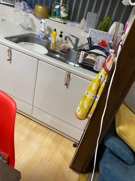 一軒家です。 食器台の上でゴギブリがいました 凍死スプレーを振りかけたところ下に落ち、 この隙間に入っていったのですが どうしたらいいと思いますか? 隙間にキンチョールは振りかけました。 怖くて引き出しは開けれないです。。 (引き出しの中に2つ毒餌あり)