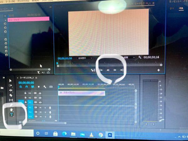 Adobe プレミアプロについての質問です 質問は二つあります 1 丸で囲ってある部分に元々再生ボタンが出ていたのですが突如消えてしまい困っています 2 テキストをカラーマットに打ち込みたいのですが何故か打ち込むことができません。 この二つで困っているのですが、どなたか解決出来る方はいらっしゃらないでしょうか?ぜひ教えてください!