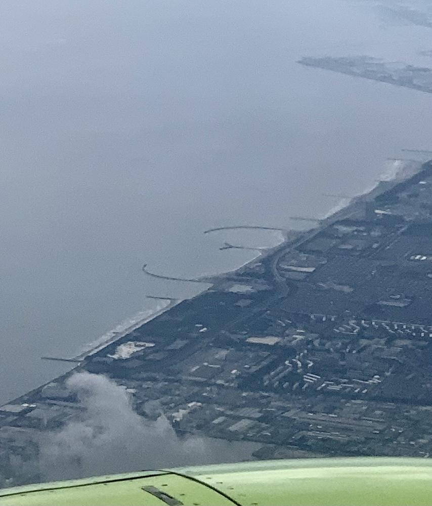 この、海岸沿いにあるおしりみたいな所何でしょうか、、? 飛行機で千葉の上空を飛んでいた時に撮影したものです。 検索しても出てこず、なんだろうこれ、、、
