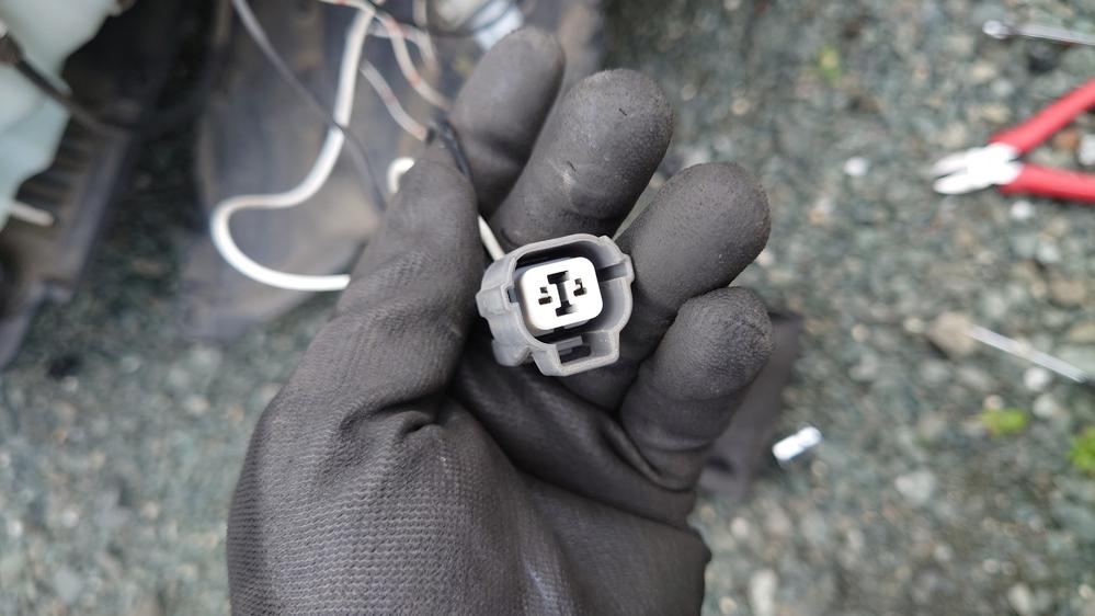 車のことで質問なのですがzn6の2012/4〜の型で 元々PIAAのHIDフォグランプで H11が付いていてLED化したいと思い 外したのですが フォグランプのコネクターの形状が見たことないやつなのですが これに合うものはありますか? また、この、コネクターから LEDにするにはH11用コネクターを つけるには このコネクターを外してつけるしか ありませんよね!?