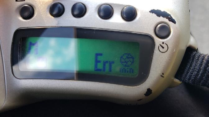 Nikon F50です。 以前同じレンズで使用してたんですが、このようなエラー表示が出てきました。MF でもAFでもシャッターが切れません 一応AFは効くみたいです。 このエラー表示は一体何を指しているんでしょうか?