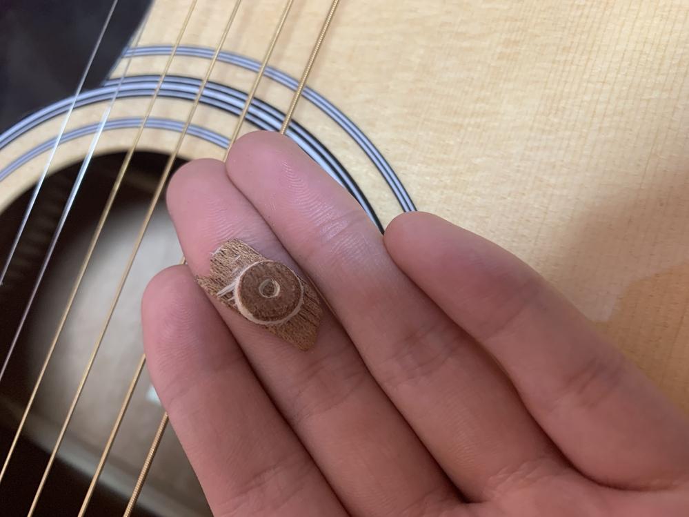今日届いたギターの中から、このようなものが出てきました。 これは、ギターを今後弾く上では、大事な部分の破損なのでしょうか・・・・・? 購入先に交換をお願いするか迷っています。 どなたか教えて頂けると幸いです。 よろしくお願い致します。