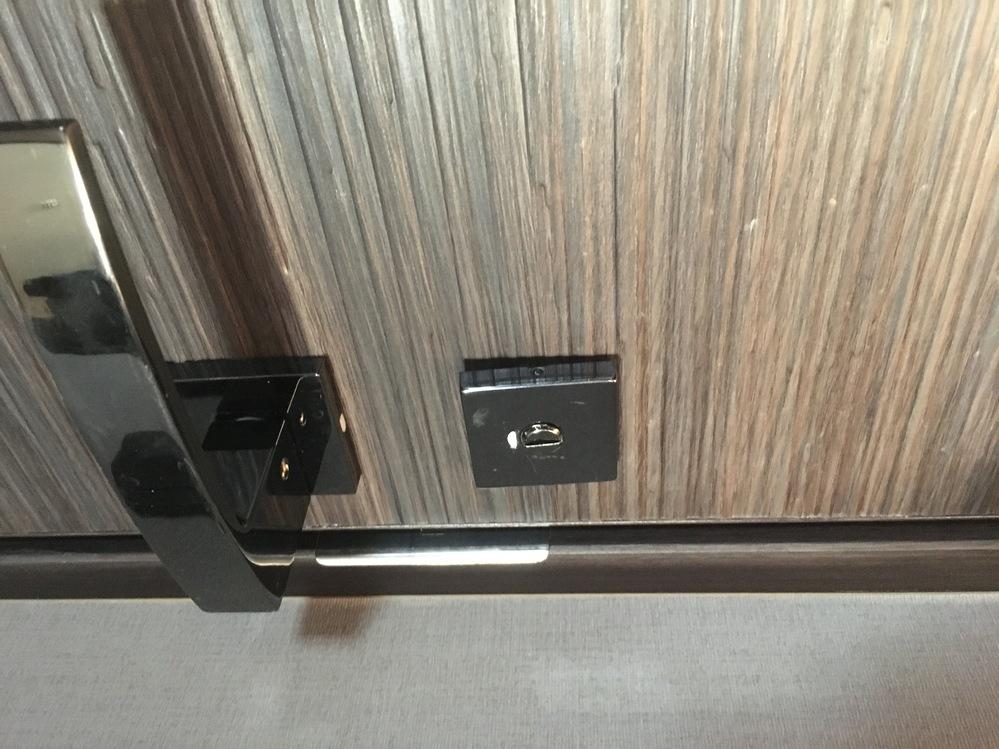 鍵の直し方を教えてください! トイレの鍵なんですが、子どもが無理やり外そうとして、鍵が外れそうになっています。 修理の仕方がわかる方、お願いします!