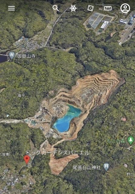 愛知県の入鹿池の近くにある、神秘的な水色をした池の名称、又アクセス方法をご存知の方がいらっしゃいましたら、教えていただきたいです。 先日、名古屋県営空港から西へ向かう飛行機内から地上を見た際、あまりにも綺麗な池があり驚きました。その後Google Earthでその池を探してみたところ、私の見た池と同じものを発見したのですが、名称などの記載が無かったため、気になったので質問させていただきます。 ご存知の方いらっしゃいましたら、どうぞ宜しくお願いします。