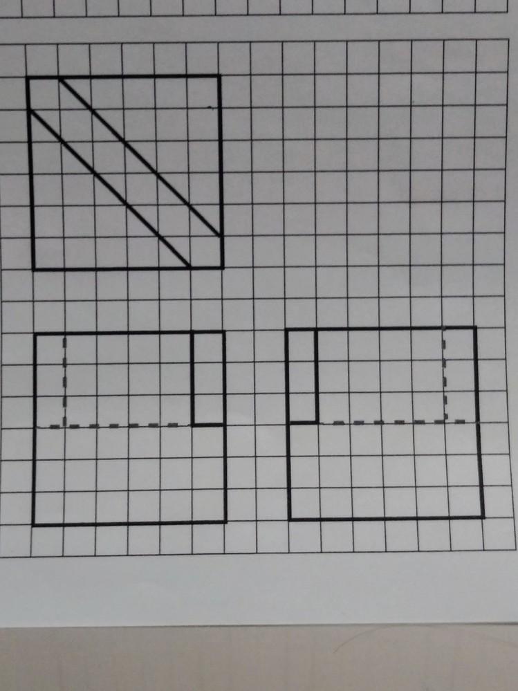 三面図を立体にする問題が分かりません。図形が得意な方がいらっしゃいましたら教えていただけると嬉しいです。よろしくお願いします。