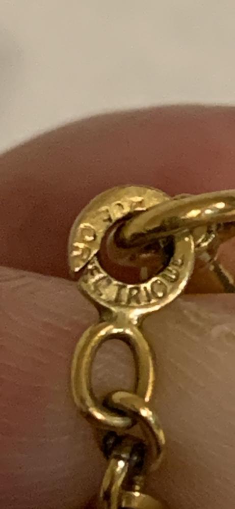 このローマ字なんて書いてありますか? 懐中時計のチェーンです。