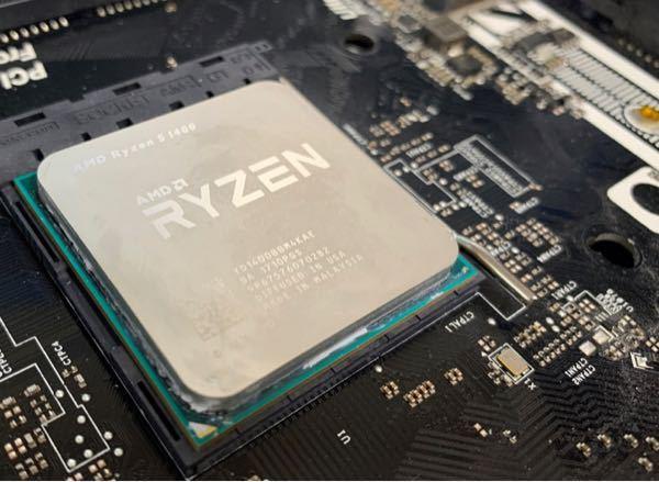 画像のようにCPUの縁にグリスがついてしまいました。拭き取ってみたんですが完全には綺麗にならず、隙間に少しついている状態です。マザーボードにはついてないです。この場合どうしたら良いですか?そのままでも大 丈夫なのか、CPUを取り外してきれいにするべきなのか知りたいです。