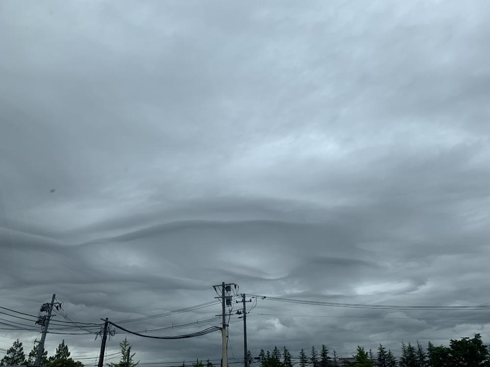 最近気持ち悪い雲を見ます これはなに雲かわかる方いますか? 最近地震も来てないので そろそろきそうで怖いです