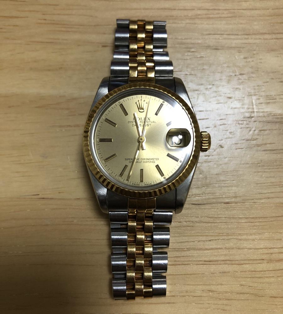 祖父の遺品として添付画像のロレックスの腕時計を受け取りました。 ベルトの型番からして恐らく80年代のもので、せっかくなのできちんと手入れをしてから使用しようかと思うのですが、腕時計について全く詳しくないためどのようにしたらいいのか分からないので、ご教授頂ければと思います。 また、箱や保証書などは紛失してしまっているため、真贋鑑定も行っておきたいので、その点に関しても教えて頂ければと思います。 ちなみにこの時計はなんというモデルなのでしょうか。 ご回答頂ければ幸いです。