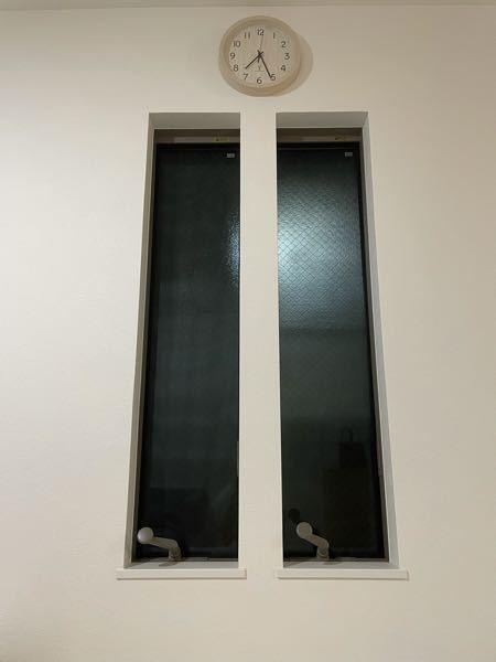 窓からの騒音対策について。 割と都会の戸建てに住んでいますが、ほとんどの戸建てが土地が小さく、隣の家との距離が近いです。 うちのリビングに縦すべり出し窓が2つ付いているのですが お隣のリビングの窓と向かい合っていて距離は30.40センチくらい、触れる距離で話し声が凄くうるさいです。(うちは窓を閉めていて、お隣が窓を開けています。) 子どもの声なら、仕方ない、成長するまで我慢すればいいと思えるのですが 大人の男性の笑い声や話し声がとにかく大きい&高めの声で不快です。 とはいえ、窓を閉めてくれとは言い難いのと 言われなくともこちらも迷惑かかってる部分もあるでしょうし、関係が悪くなるのと嫌なのでそれは最終手段だと思っています。 できればこちらで防音などの対策が出来ればと思っています。 そこでアドバイスを頂きたいのですが 多少お金が掛かってもいのでなにか良い防音対策は無いでしょうか? 窓に貼る防音シートや窓を塞ぐなども考え、調べたのですが… 防音シートに関しては、音は隙間から入ってくる?らしくあまり効果がないとの事。あと、網戸が内側にあり開けられないタイプの窓なのと、2階なので貼るのが困難です。 窓を塞ぐに関しては、中で結露してカビる、どの道元々窓だった場所なので音はするなど書いてあったので そこまで大掛かりにして音が防げなかったらと不安です。 自分が神経質な性格なのも承知していますが、本当に音が気になって仕方ありません。ノイローゼになりそうです。 写真です。こんな感じの窓です。よろしくお願いします。 どなたかアドバイスをください(T-T)助けてください。