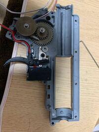 アークタウラス hk416a5メカボックス についてです。 写真の部分はトリガーなのですが、トリガーを引いてもマイクロスイッチを押し切れません。 理由わかる方いないでしょうか