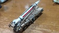 スカッドミサイルの模型を作りましたが写真を参考に燃料を注入するホースを付けてみました。スカッドミサイルは燃料を注入したらすぐにミサイルを発射しないとミサイルがダメになるそうです(ミサイルのタンクが溶け るのか?)。 燃料と金属の関係らしいけど、それなら燃料を入れているタンクには問題はないのでしょうか?なぜミサイルはすぐに発射しないとダメになるのでしょう?