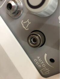 エアー カプラー 写真のエアー出口ソケットにエアーカプラーを つけてホースで繋ぎたい場合、 どのようなものでホースと繋げばいいですか? 出口ソケットまでエアーがきています。