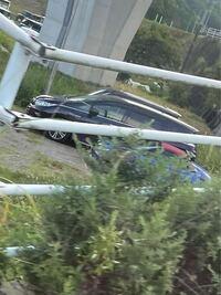 この青い車はなんですか? なんだかやたらと小さい車だと思いました 車種が知りたいですが、この写真だと難しいですか?