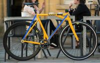 自転車のフレーム。たまにこう言った感じのデザインを見ますが、ふつうに青の線のような感じの方が強度が増すんじゃないでしょうか?