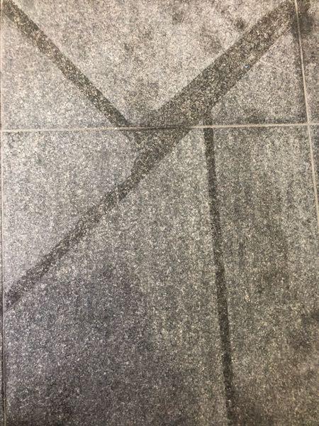 石のようなタイルにガムテープを3ヶ月ほど付けていたらこんな跡が残りました。 この跡はどうやったらとれますか? シンナーですか?