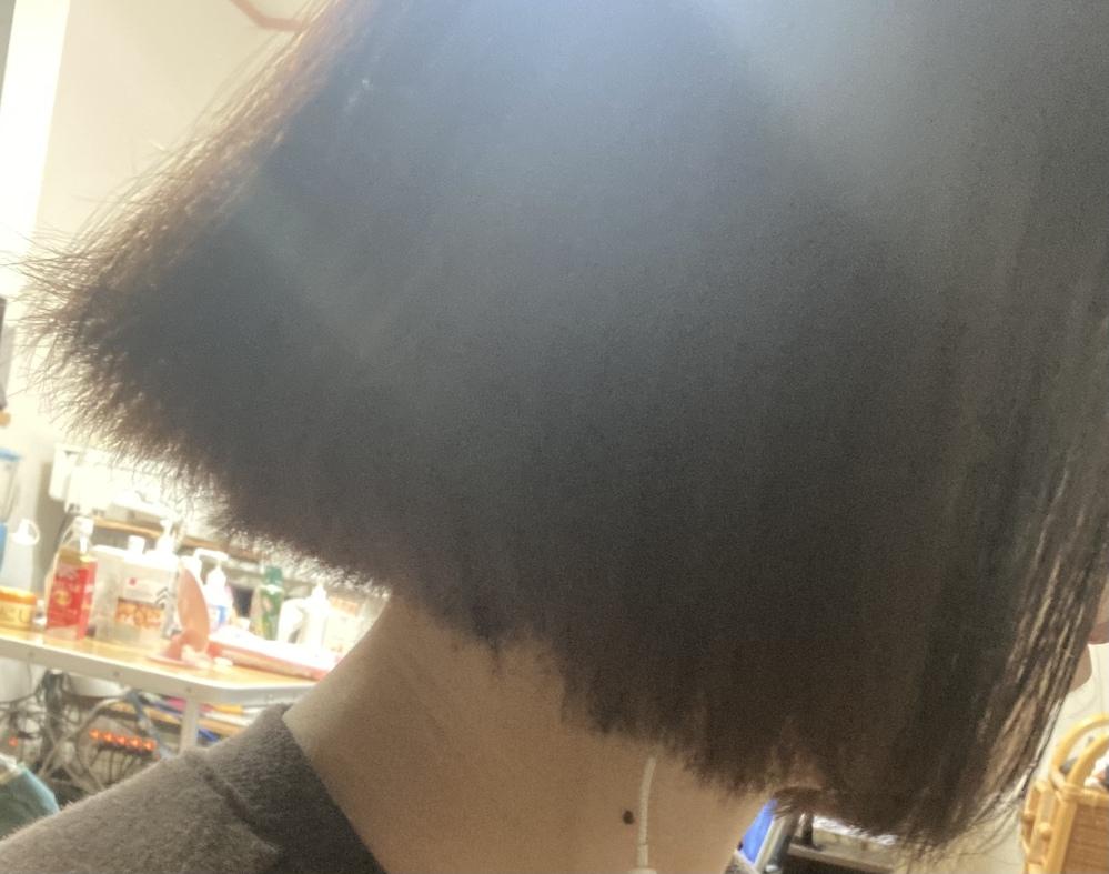 縮毛矯正をしたら伸びすぎました。 以前美容院で髪質改善ストレートをしていただきましたら予想以上に伸びてしまいました。アイロンで内巻きにして5分でこれです。 東京か埼玉でこれを修正してくださる美容師様はいらっしゃいませんか、、 毛先は死んで毛量と化け物です。伸ばしたいのであまり長さは変えたくないです。 ボブなのに縮毛したのが間違っていたのは把握済なので縮毛したのを否定する回答は求めないです