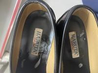1年目の女子高生です!!今日帰ろうとしたらローファーにこんなものが着いていました。靴箱は出席番号順でロッカーみたいになってます。 無臭でネバネバしてました。これはなんなのでしょうか?ちなみに私の学校はほぼ男子校です。