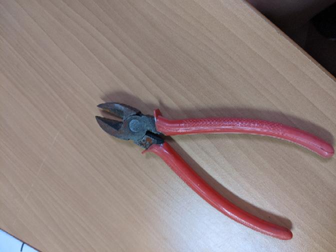 長く使ってなかったペンチが錆びてしまっているのですが、手っ取り早く落とす方法はありますか?