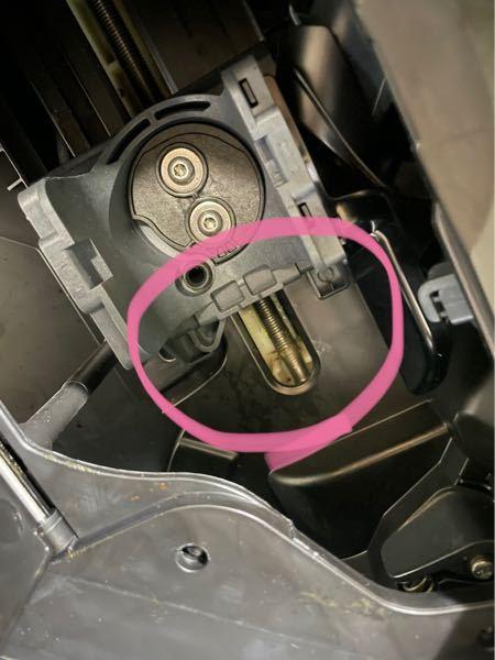 デロンギ マグニフィカS コンパクト全自動コーヒーマシン 型式番号ECAM22112 抽出ユニットを取り外し、ここの部分をティッシュで拭いてみると緑色のような黒色のようなどろっとした汚れがつきま...