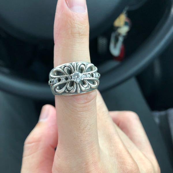 これってなんの指輪ですか? ただのクロムハーツのパチモンですよね? 裏には「s925」書いてあります。