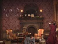宙組さんの「シャーロック・ホームズ」で 真風さんが、部屋の壁に銃で穴をあけるシーン 文字が「VR」なんですが VRとは?なんでしょうか?