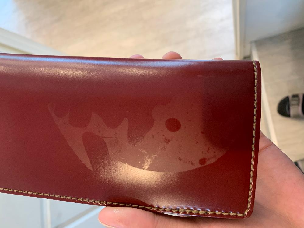 コードバンの財布にこのようなシミ?みたいなのがついてました。擦ったり拭いたりしても取れないのですが直すにはどうしたらいいでしょうか?