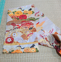 この名古屋帯なのですが お太鼓部分が裏表違うお柄が織られていて リバーシブルでも使えるようなのですが 名古屋帯として仕立てられているので鶴が描かれている方しか結べません。 帯も固くてアンティークものだと思います。 これは元々丸帯か袋帯を名古屋帯に仕立て直してあるものでしょうか? 和裁に詳しい方教えてください。