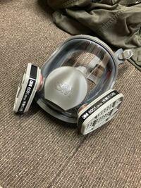先日3Mの6000Fという型式の防毒マスクを購入したのですが、そしてしばらく経って吸収缶(6001-ov-01)を購入しました。しかしこんな風にしか付きません。他の写真ではちゃんと付いてました。僕が間違えたのか向こうが 間違えたのか誰か教えて下さい!