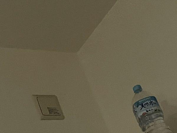 下の写真のような部屋の角を、 丸くしたり又は ランプ置いたりして 隠すことはできるのでしょうか?