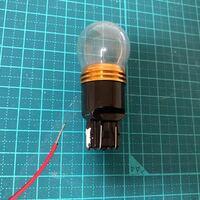 写真のような電球と、電線を、はんだ付けしたいのですが、どのように付けるのが最適なのでしょうか?巻きつけてからはんだ付けしたら接触不良を起こしにくいなど、コツはございますか? 回答頂ければ幸いです。