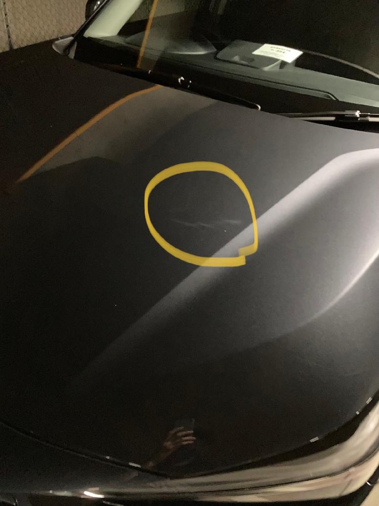 新車で車を購入しました。 ボディになにかムラの様なものがあります。 これは俗に言うオーロラという研磨ムラですか?