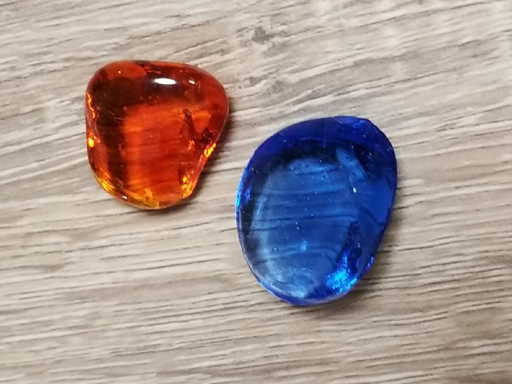 昔もらったお土産と同じものを購入したいです。 画像のものをかなり昔にもらったのですがどこで購入したのかわからず、見覚えのある方、似たようなものを知っている方がいれば情報をいただきたいです。 ・ガラス製です ・もらったのは15〜20年ほど前です ・1色の袋詰めを2種類もらった形です ・透明の袋に入っていた気がします ・形はバラバラで不規則でした ・あまり遠くには行っていないと思うので九州〜中部地方あたりだと思います 似たようなものでも構いません。何か情報あればよろしくおねがいします。