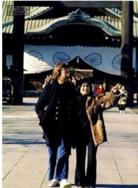 ○に入る文字と()に入る曲名は何でしょうか?  ジョンと洋子は○○○○を食べに行った 。 洋子「美味しいわ やっぱり専門店は違うわね」 ジョン「この○○○○は美味しいです!これは長渕剛も好きと思います!」 洋子「長渕剛ってどういうこと?」 ジョン「YouTubeで聴きました 長渕剛が美味しい○○○○がなくて怒っていました」 洋子「もしかして()のこと?意味が違うんだけど…」