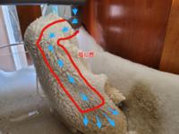 オーバーフロー浄化水槽に落ちる水の音軽減についてご相談です。 アロワナ水槽で、浄化水槽に落ちる水のパシャパシャという音が気になります。  水が落ちる塩ビ管に、布袋をかぶせて粗いゴミやウンコをそこで取って 袋を毎日洗う感じのシステムです。  落ちる水の入り口には、対策として情報公開されていた ストロー刺しや塩ビ管を細く切った輪っかにビニール紐を付けて出口まで垂らして、入り口のゴポゴ...