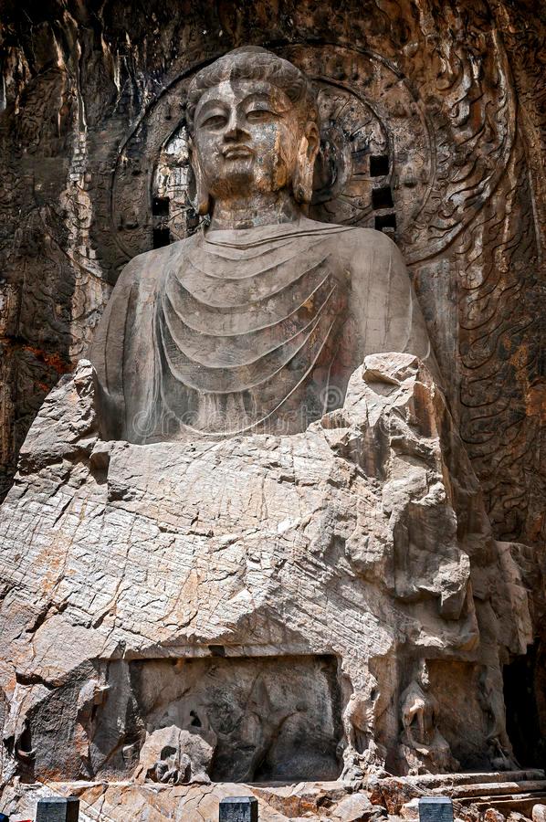 山も誰かの所有になってるのですか?自治体とか? もし誰かが勝手に山壁に画像のような仏像を彫ったなら取り壊されますか? それとも保護すべきとの声によって参拝の対象になるでしょうか? この画像は勝手...