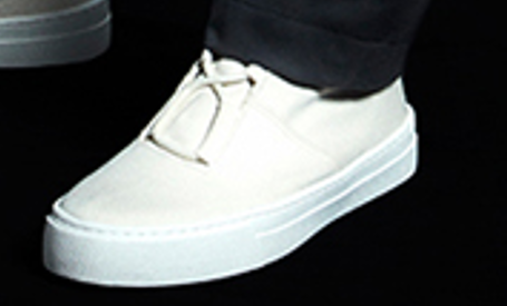この靴は、Im MENと言うイッセイミヤケのブランドで履いているものですが 参考商品でしたので、似たのを探しています。 ご存知でしたら、お教えください。