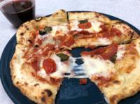 スーパーのパンコーナーで2割引きで238円になってたピザ。 最近のスーパーのパンやピザって普通に美味しくないですか? 価格面も考慮すると街のパン屋さんも生き残るの大変ですよね(´ω`)トホホ…