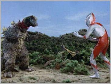 ウルトラマンに登場する怪獣ジラースについての質問です。 第10話、謎の恐竜基地に登場した怪獣ジラースはエリマキトカゲをモチーフにした怪獣かと思いきや、ウルトラマンに襟巻きをもぎ取られるとゴジラに代わってるじゃないですか。 ゴジラの着ぐるみを流用したのかわかりませんが、演出があまりにもお粗末な気がしますが、あえてゴジラに変身したように演出したのでしょうか。