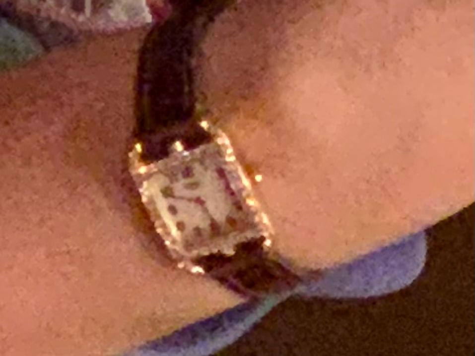 画質が粗くわかりにくいのですが、 この時計はどこのブランドの物かわかりますか? わかる方いましたら教えてください。